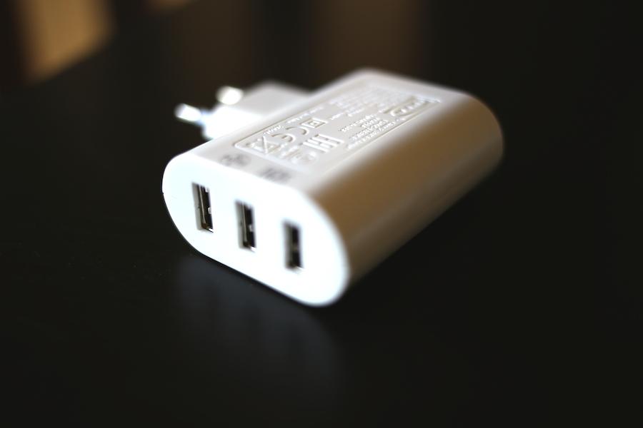 【旅の便利グッズ】コンセントが少ない部屋でもこれさえあればスマホ3台分一気に充電できる!はずだったけど、、、